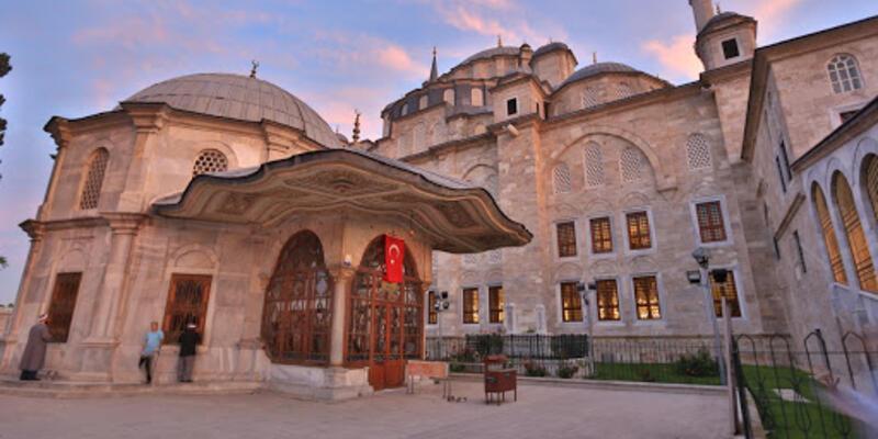 Fatih Sultan Mehmet Türbesi Nerede, Nasıl Gidilir? Fatih'in Türbesi Ziyarete Açık Mı?