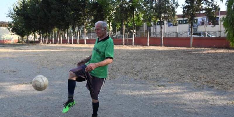 81 yaşında gençlere taş çıkartıyor