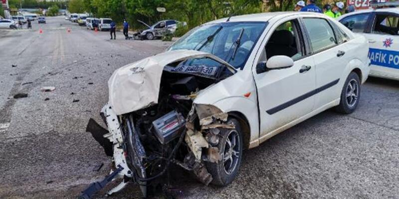 Kazada savrulan otomobil, durakta bekleyen yaya çarptı
