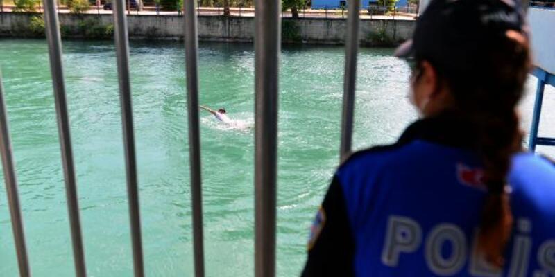 Sulama kanalında yüzerken polisi görünce köprü altına saklandılar