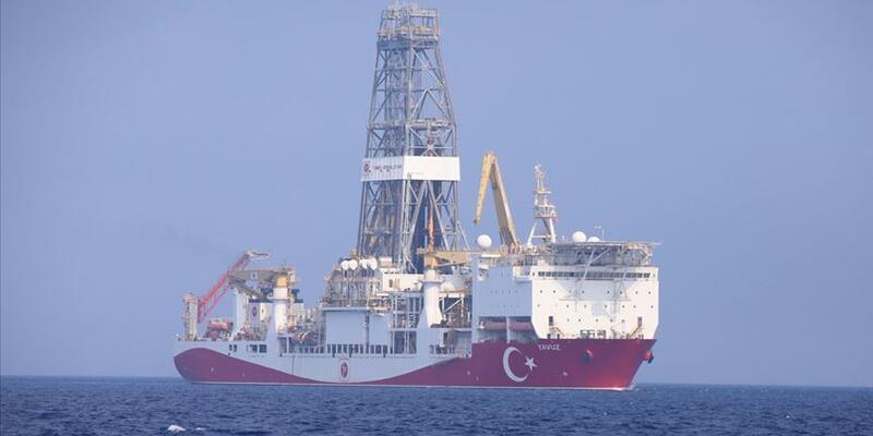 """""""Yavuz"""" sondaj gemisi Çanakkale Boğazı'ndan geçti"""