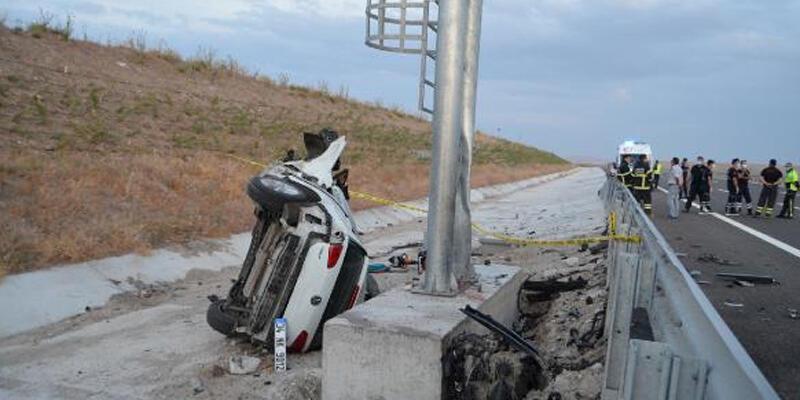 Yön tabelasına çarpan otomobilin motoru koptu: 2 ölü, 1 yaralı