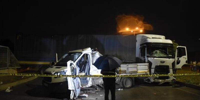 Eskişehir'de TIR'la kamyonet çarpıştı: 3 yaralı
