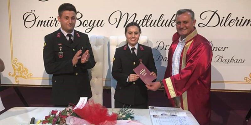 Jandarma astsubay çift, üniformalarıyla nikah masasında