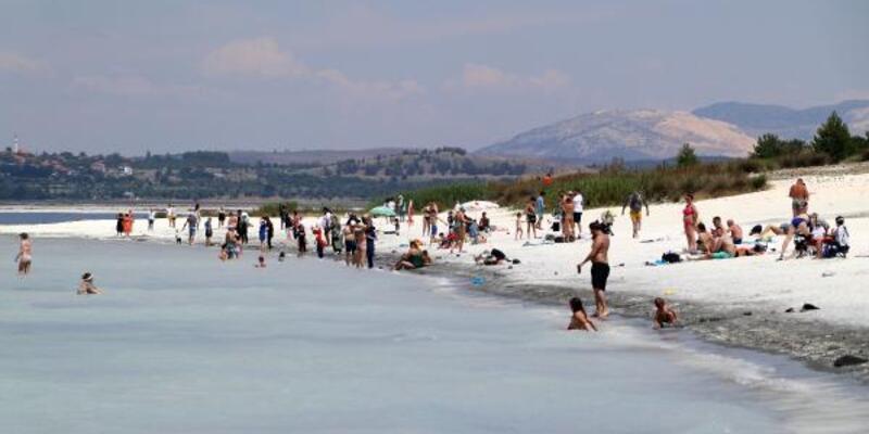 Salda Gölü'nde ziyaretçi yoğunluğu