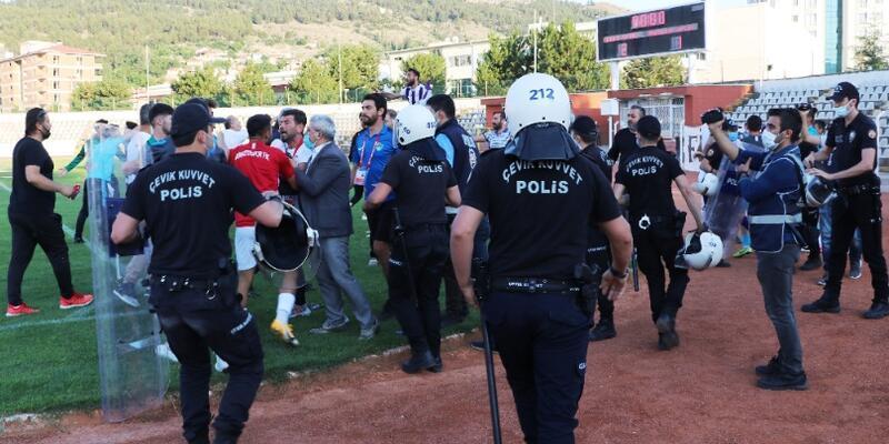 Maçta saha karışınca polis müdahale etti