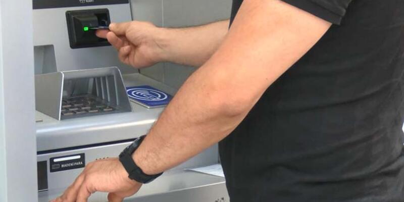 ATM'de bulduğu 18 bin lirayı polise teslim etti