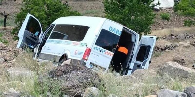 Malatya'da lastiği patlayan yolcu minibüsü devrildi: 15 yaralı