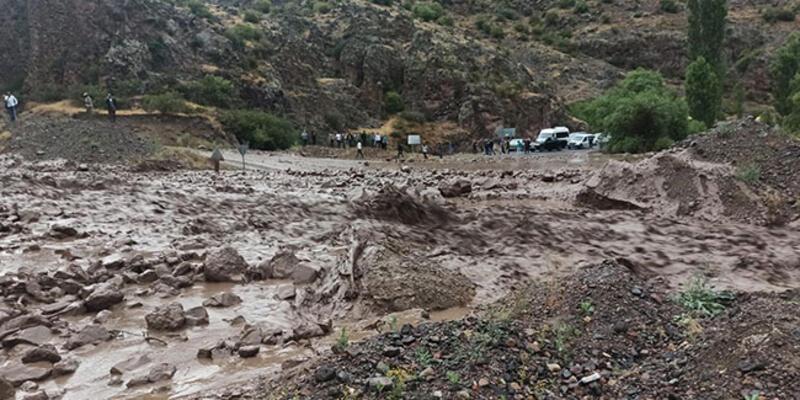 Erzurum'da sel ve heyelan Şenkaya-Göle kara yolunu ulaşıma kapattı