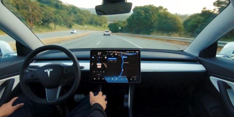 Tesla Full Self Driving yazılımını güncelledi