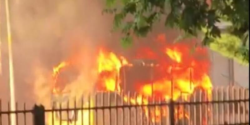 Küçükçekmece'de yolcu minibüsü alev alev yandı