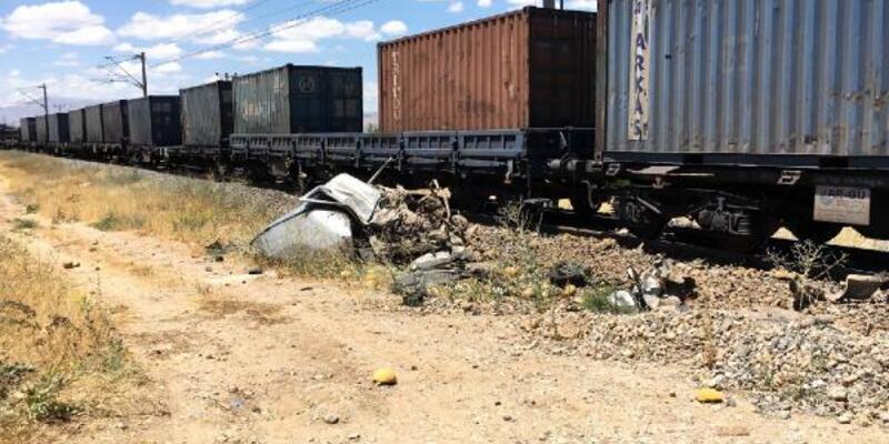 Raydaki kamyonet, yük treninin çarpmasıyla hurdaya döndü