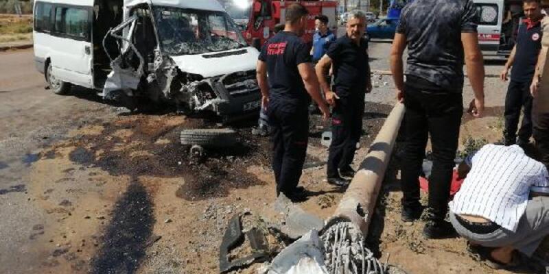 Kayseri'de işçilerin minibüsü direğe çarptı: 5 yaralı