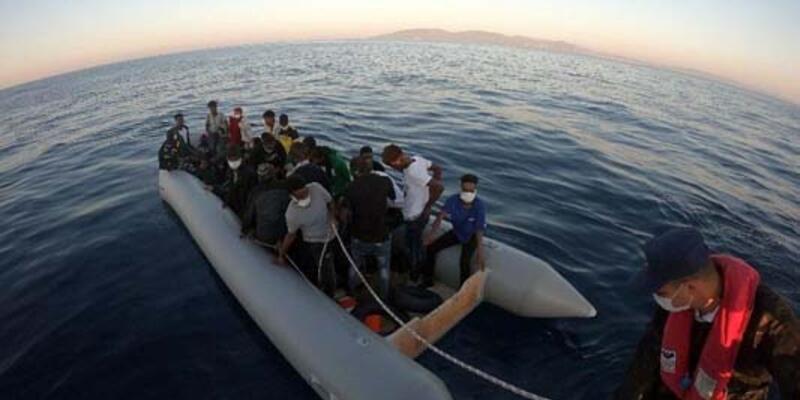 Dikili açıklarında, lastik bottaki 31 kaçak göçmen kurtarıldı