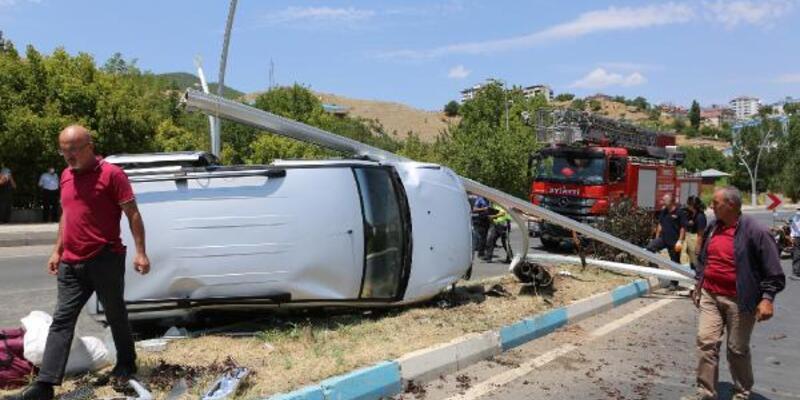 Hafif ticari araç, aydınlatma direğine çarptı: 4 yaralı