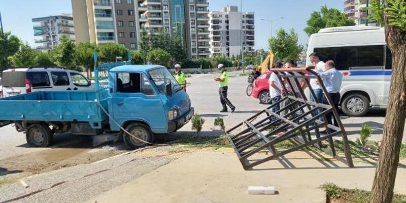 Manisa'da minibüsle kamyonet çarpıştı: 5 yaralı