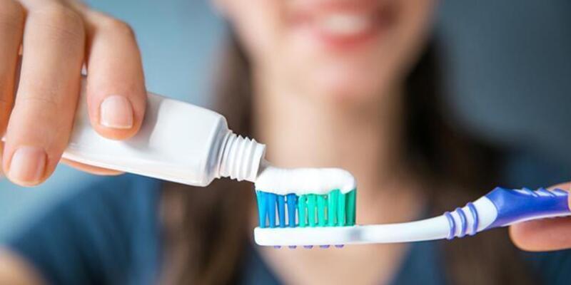 Uzun süre beyaz kalan daha parlak dişlere sahip olmak için 8 ipucu