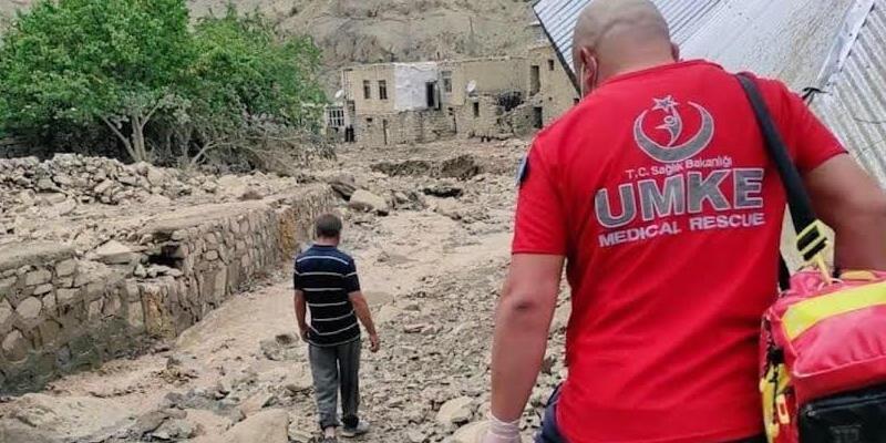 Bakan Koca, Van'da selden etkilenen bölgelerde ekiplerin sağlık taraması yaptığını bildirdi