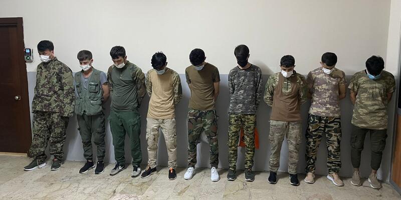Zeytinburnu'nda sahilde askeri kamuflajla gezen 9 Afgan yakalandı