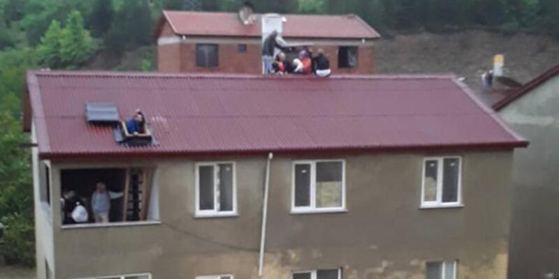 9 kişilik aile bacaya tutunarak selden kurtuldu