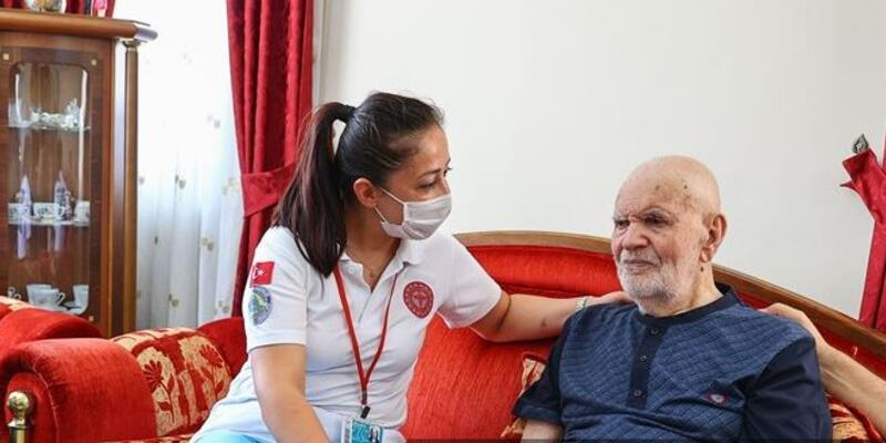 102'nci yaş gününde üçüncü doz aşısını oldu