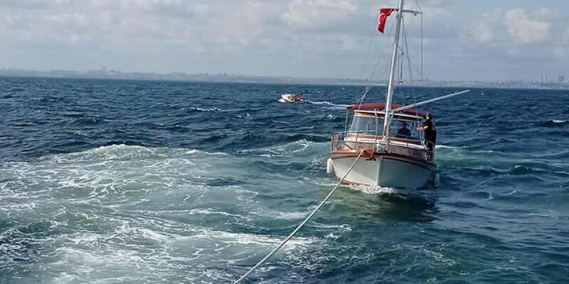 Kınalıada açıklarında içerisinde 4 kişi bulunan tekne kurtarıldı