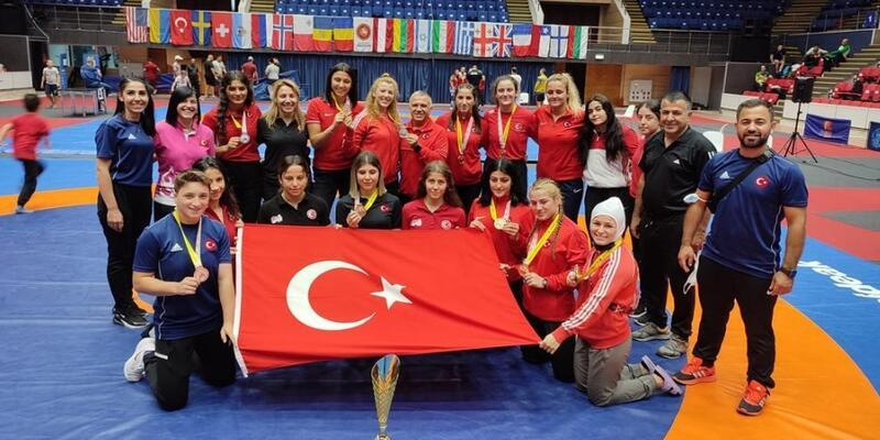 Kadın milli güreşçiler Romanya'da şampiyon oldu