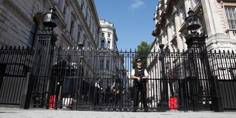 İngiltere'de şüpheli paket alarmı: Başbakanın ofisi güvenlik kordonuna alındı