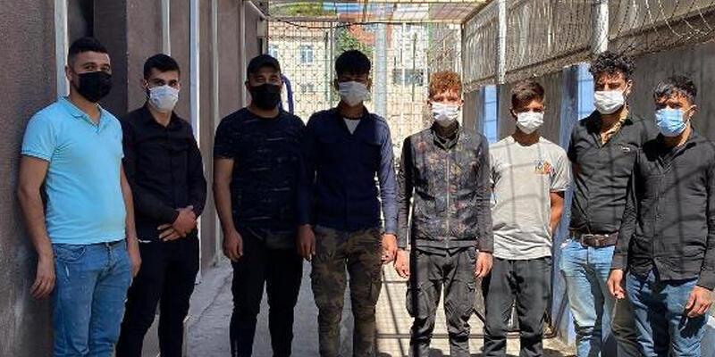 Polisin durdurduğu hafif ticari araçta 8 kaçak göçmen yakalandı