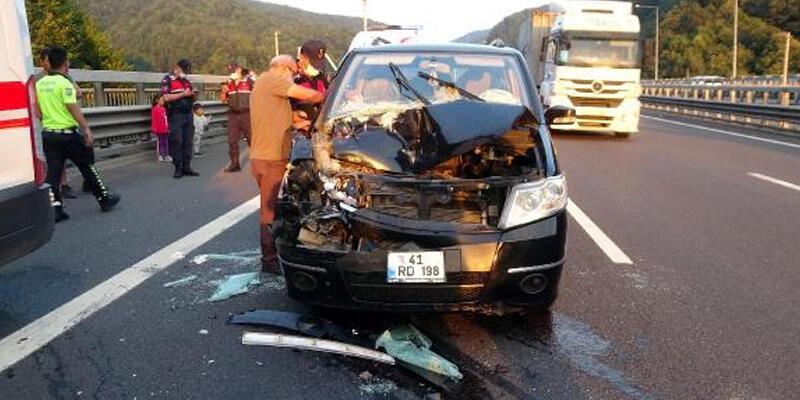 TIR'a çarpan hafif ticari araçtaki anne- kız yaralandı