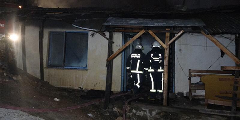 Çakmakla oynadığı sırada evi yaktı