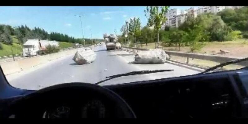 Yola düşen çuvallar sürücülere zor anlar yaşattı