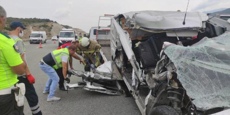 Bursa'da minibüs kamyona çarptı: 1 yaralı