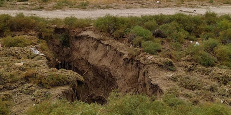 Sular çekilince oluştu! Konya'da dev yüzey yarığı