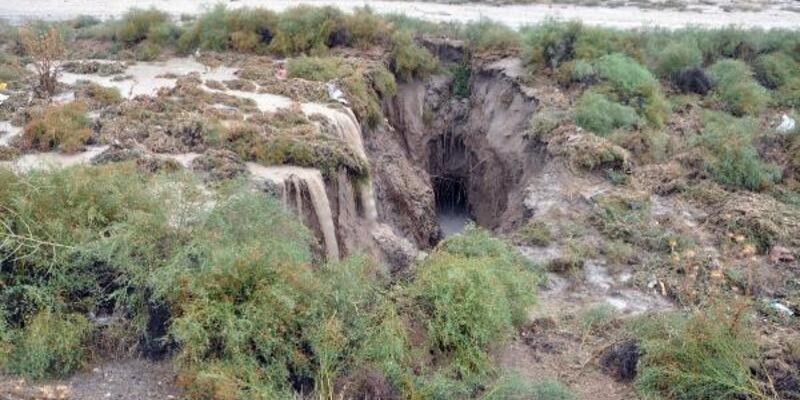 Konya'da dev yarıklar, yer altı su seviyesi azaldığı için oluşmuş