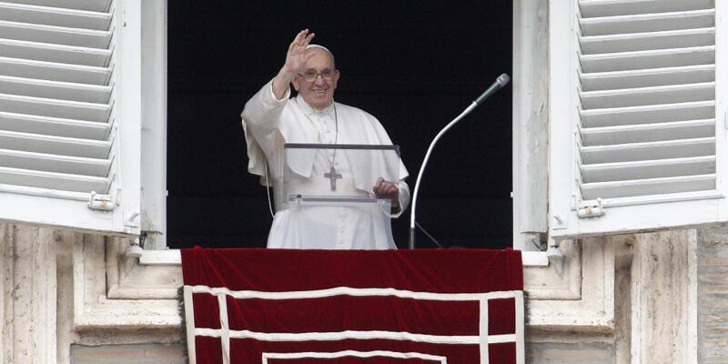 Ameliyat sonrası Papa'dan ilk açıklama: Bazıları ölmemi istese de hala hayattayım