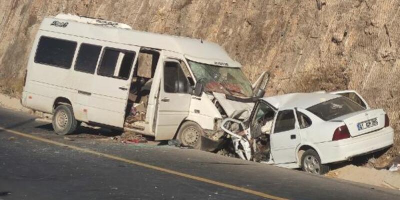 Minibüs ile otomobil çarpıştı: 1 ölü, 16 yaralı