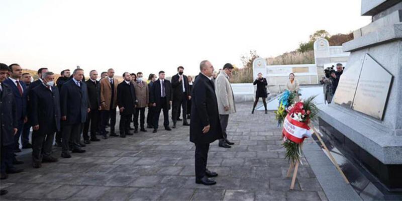 Bakan Çavuşoğlu, Galiçya'da şehit düşen Türk askeri anıtlarına çelenk bıraktı