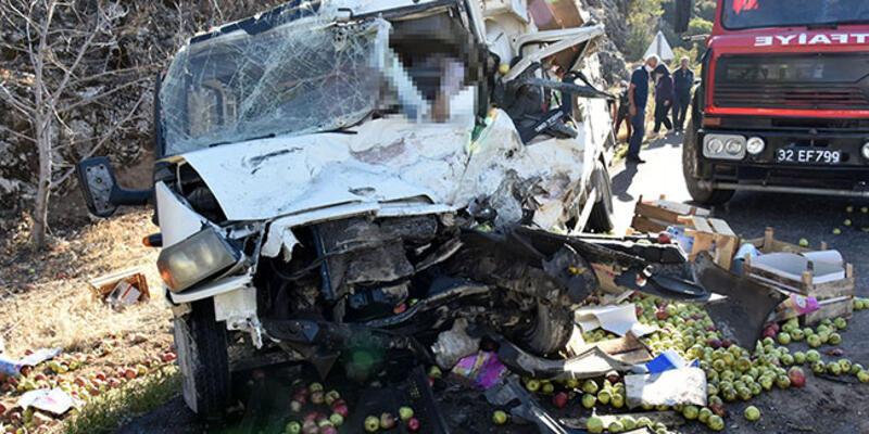 Kamyonetle minibüs çarpıştı: Ölü ve yaralılar var