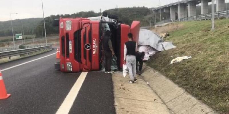 Kuzey Marmara Otoyolu'nda iplik yüklü TIR devrildi: 2 kişi yaralandı