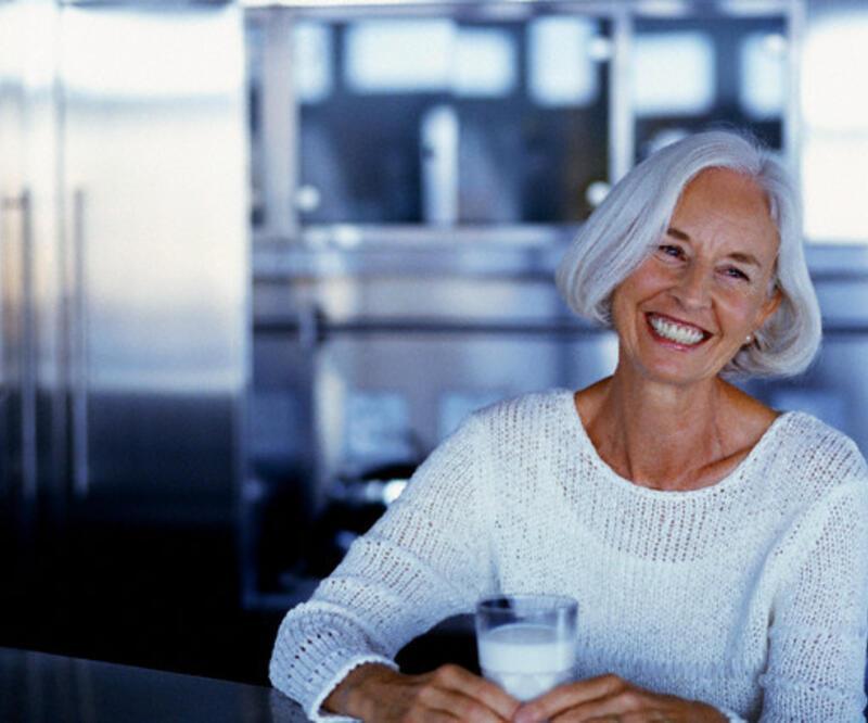 Osteoporozdan korunmak için günde iki bardak süt
