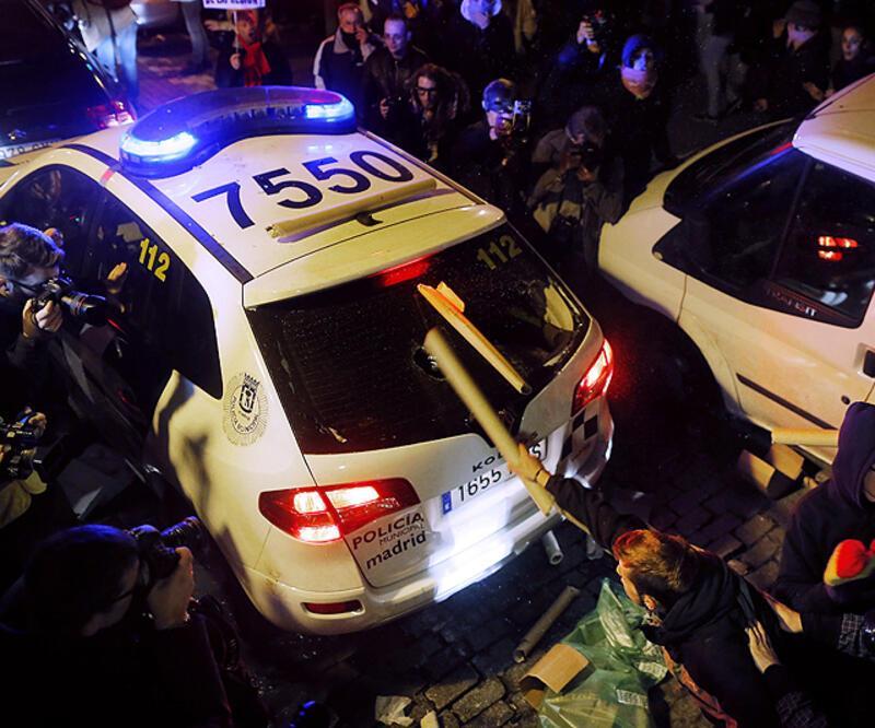 """İspanya'da """"Öfkeliler"""" polisle çatıştı"""