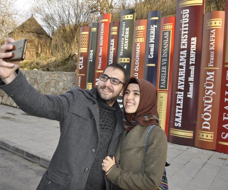 Çukurca'da kurulan renkli kitap dekorları ilgi çekiyor