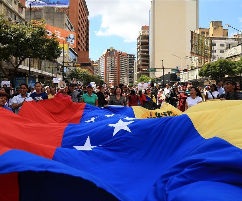 Guaido çağrı yaptı Maduro karşıtları yine sokağa döküldü