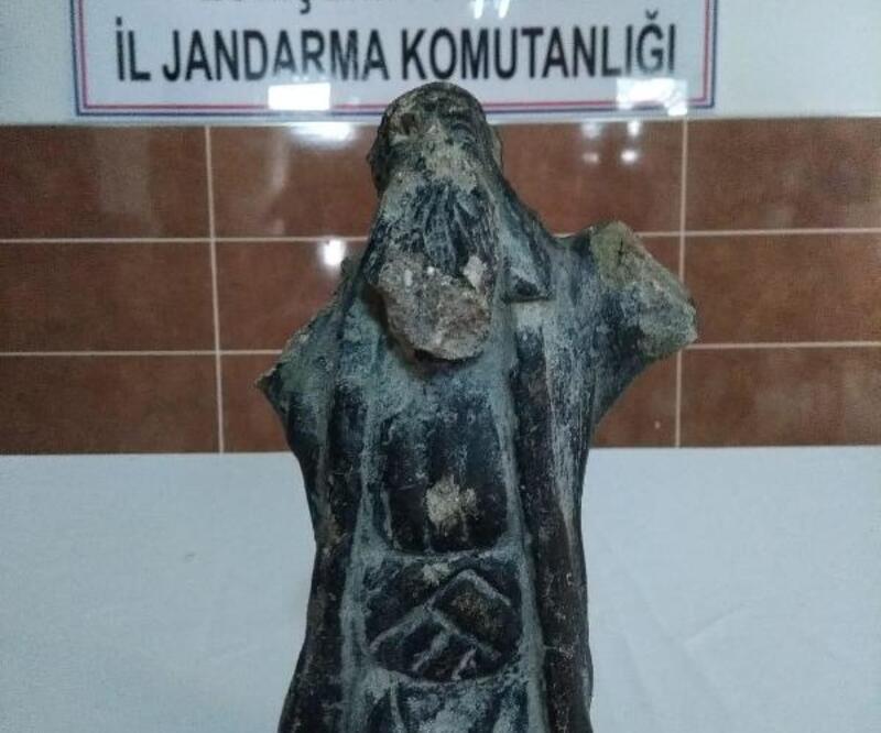 Eskişehir'de Roma dönemi mermer kral heykeli ele geçirildi