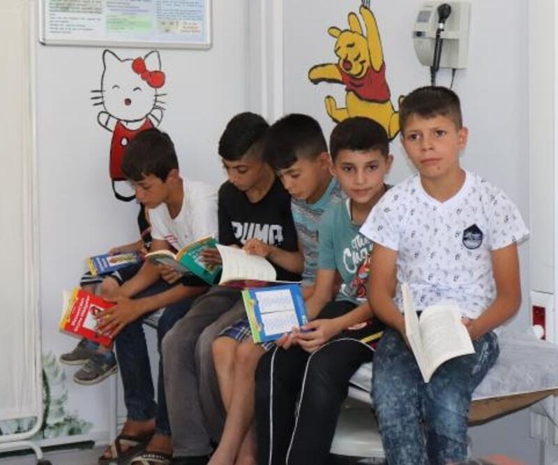 Muayeneye gelen hastalarına kitap okutuyor