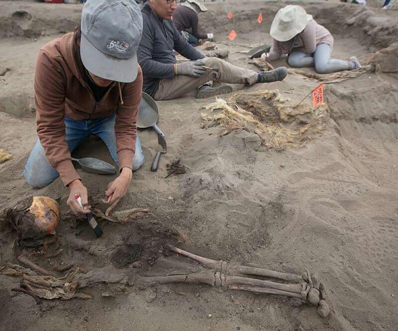 Kurban edilen 227 çocuğun toplu mezarı bulundu