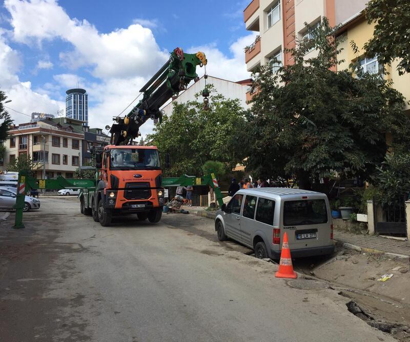 Ataşehir'de araç çukura düştü