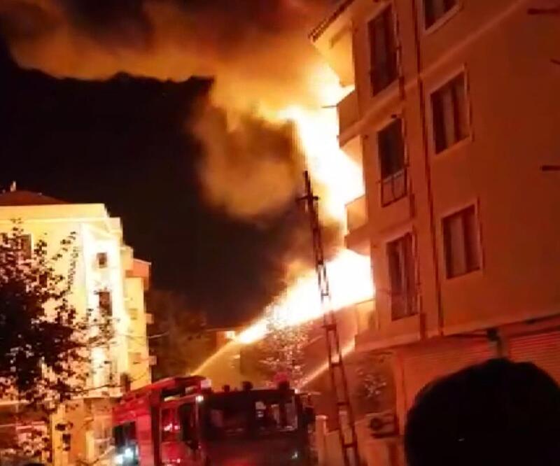 Alevler geceyi aydınlattı! İstanbul'da mobilya atölyesinde yangın