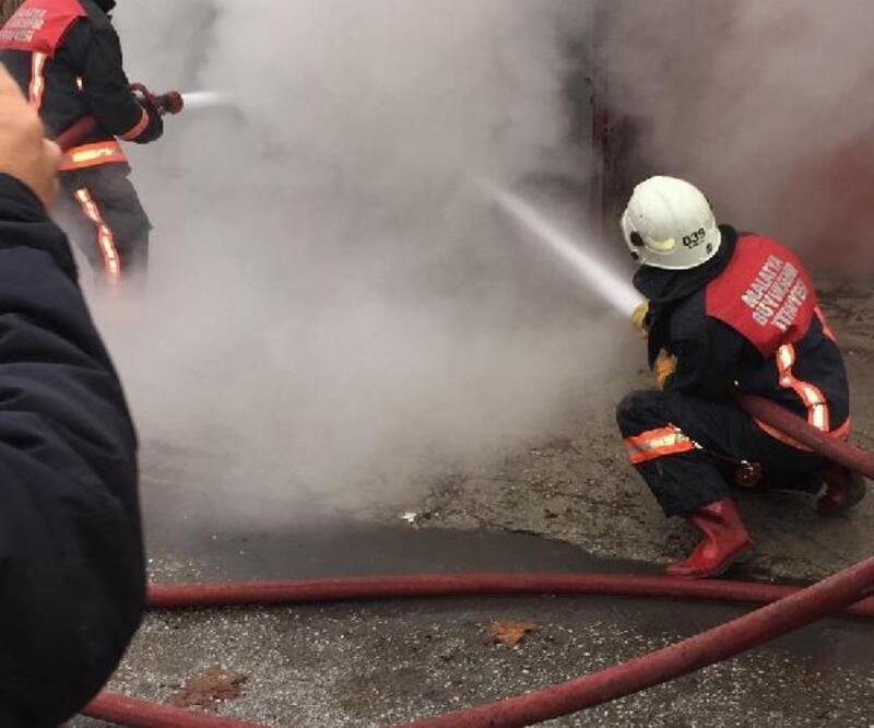 İşyerinde çıkan yangını itfaiye söndürdü